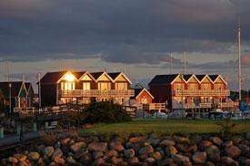 Abenddämmerung an einer Ferienhausanlage in Dänemark