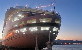 Krezfahrtschiff abends im Hafen